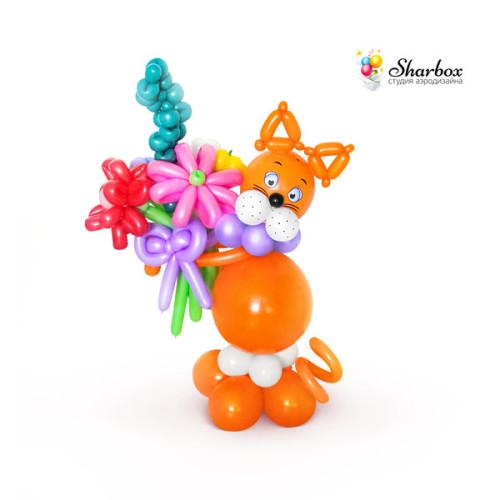 Котик из шаров с букетом