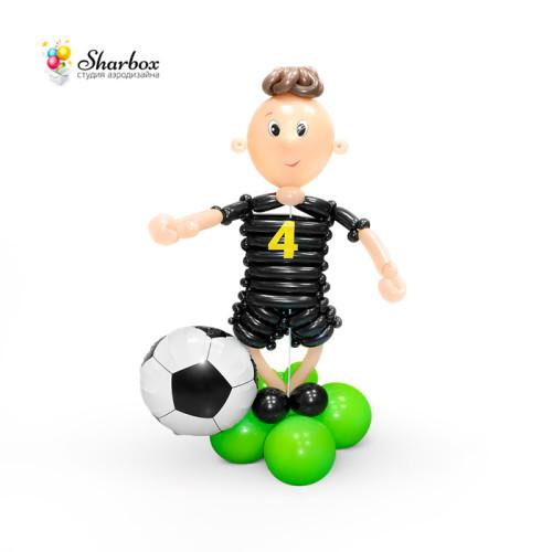 Футболист из шаров в черном