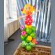 Девочка на стойке из шариков