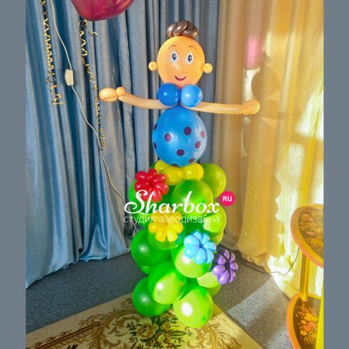 Мальчик на стойке из шариков