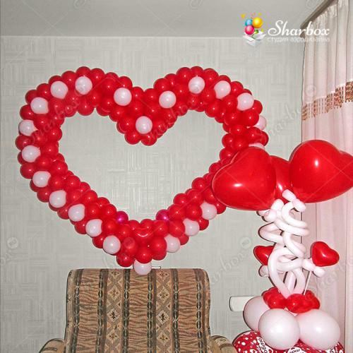 Большое красное сердце из шаров