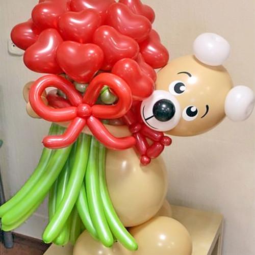 Мишка из шариков с букетом сердец