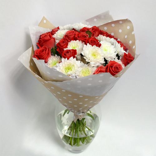 Розы и хризантемы в крафт-бумаге
