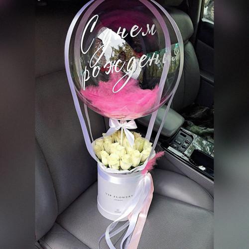 Белые розы в коробке с Шаром Баблс №9